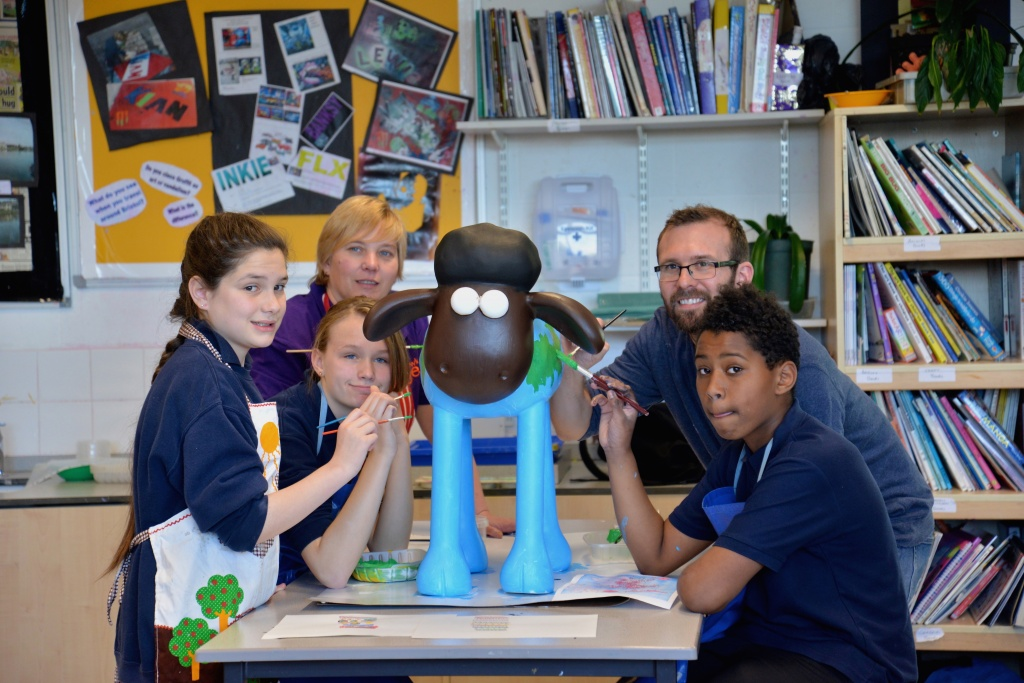 "Left to right: KnowleDGE pupils Rebekha King (13), Lorraine Walker  (13), Art teacher Liz Barnes, artist Tim Sutcliffe and winning pupil Jahavnni Foster (12) painting ""Global Shaun"". Picture by Community Photographer Grace Previte"